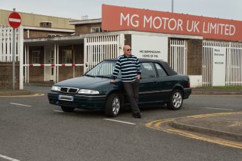 Lionel pose avec sa 216i Cabrio devant les grilles de Longbridge