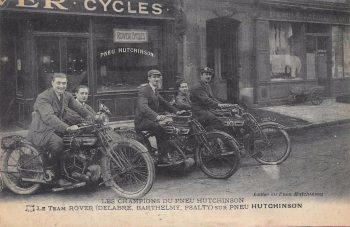 Carte postale de 1919 montrant Psalty et Delabre devant la boutique du 50 rue Brunel à Paris